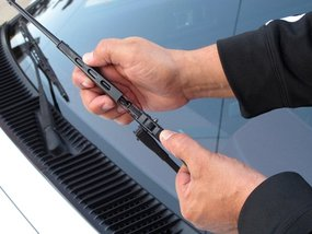 How to install windshield wiper blades: 6 steps to follow