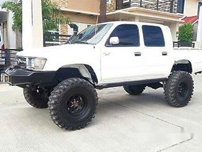 Selling White Toyota Hilux 2000 at 159000 km