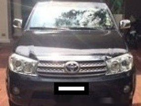 Selling Black Toyota Fortuner 2011 in Makati