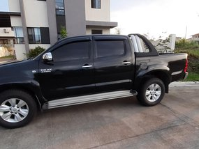 Black Toyota Hilux 2005 at 102000 km for sale