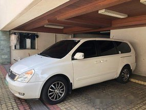 White Kia Carnival 2013 at 40000 km for sale