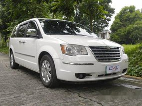 Selling White Chrysler Town And Country 2011 in Quezon City