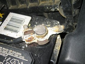 How you deal with the yellowish-white powder on your car battery