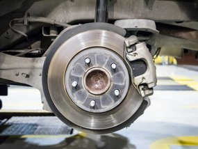 Differentiate how hydraulic and electromagnetic brakes work now!
