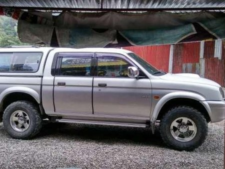 L200 Strada 4wd Turbo diesel Mitsubishi pick up 2002 camper shell