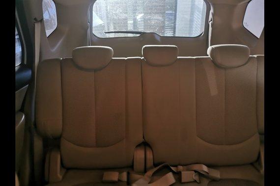Selling White Kia Carens 2010 SUV / MPV in Quezon City