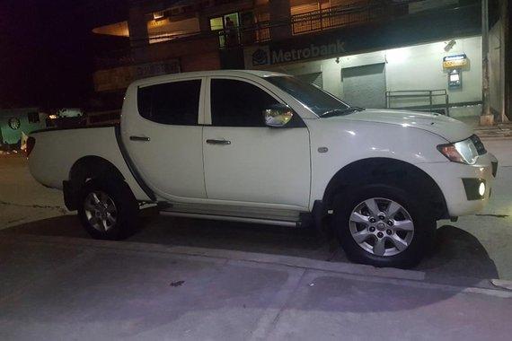 White Mitsubishi Strada 2012