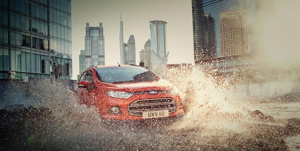 Ford EcoSport 2017 running through pool