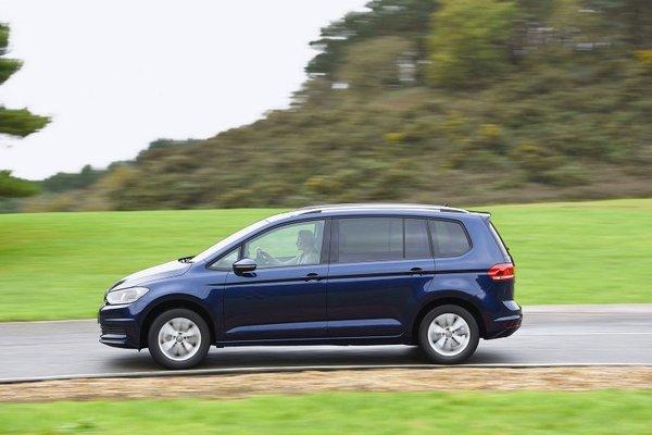 2017 Volkswagen Touran running on road