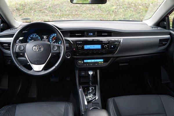 Toyota Corolla Altis 2.0 V dashboard and steering wheel