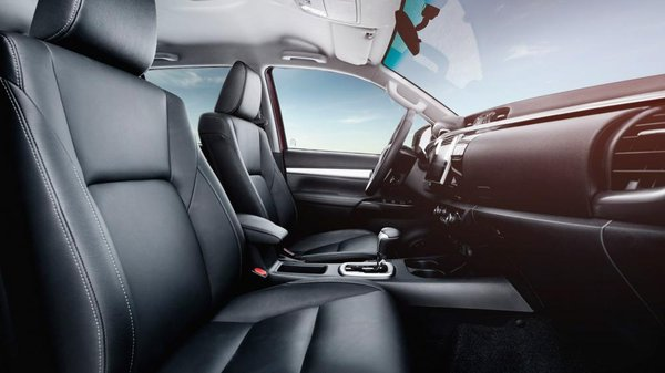 Toyota Hilux Invincible 2016 front seats