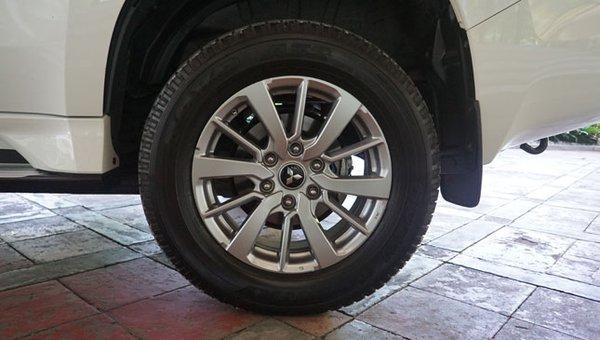 Mitsubishi Montero Sport GLS's wheel